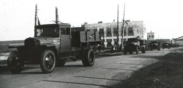 Автомобили из ворот прямо на фронт. 1942 г.
