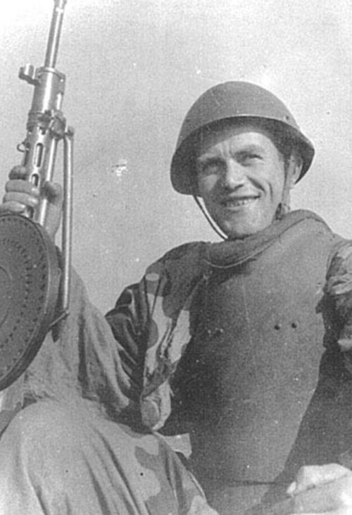 Советский солдат в стальном нагруднике СН-42 во время уличных боёв.