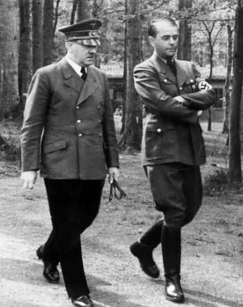 Альберт Шпеер и Адольф Гитлер на прогулке. 1942 г.