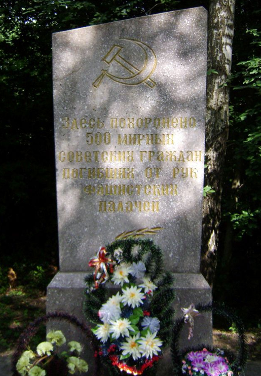 д. Печковка Мстиславского р-на. Памятник установлен в 1971 году на братской могиле, в которой похоронено 500 жертв нацизма, в т.ч. 493 неизвестных, погибших в годы войны.