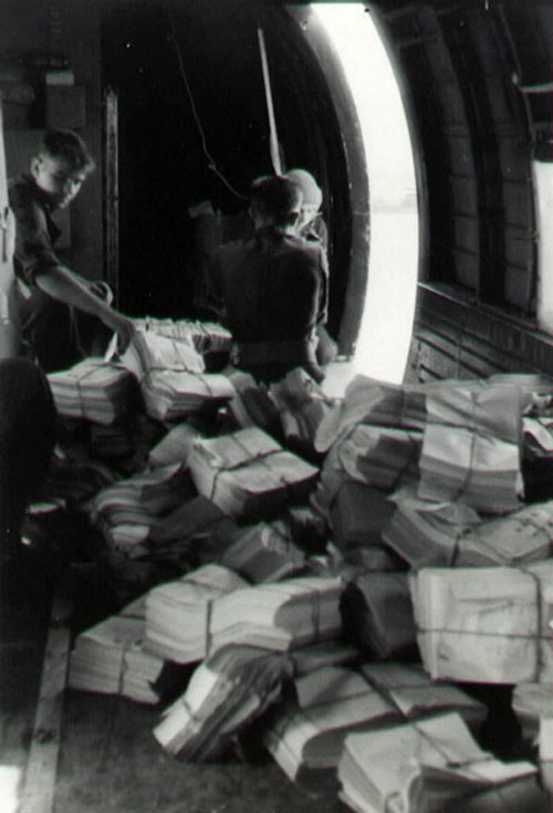 Загруженный листовками бомбардировщик.