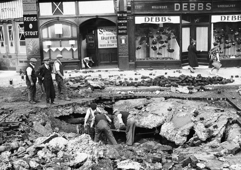 Ликвидация последствий налета. 7 сентября 1940 г.