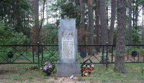 д. Гута Кировского р-на. Памятник, установленный на братской могиле, в которой похоронено 19 советских воинов, погибших в годы войны.