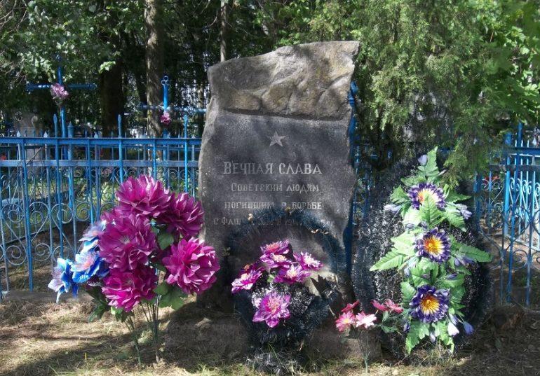 д. Лыково Могилевского р-на. Братская могила на сельском кладбище, в которой похоронено 12 воинов.