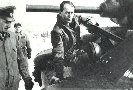 Альберт Шпеер осматривает трофейный Т-34. 1942 г.