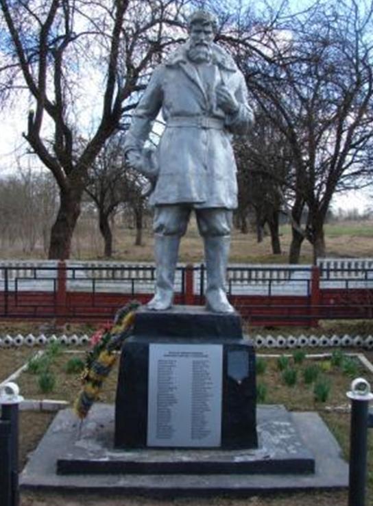 д. Б. Мощаница Белыничского р-на. Памятник, установленный на братской могиле, в которой похоронено 43 партизана, погибших в 1944 году.