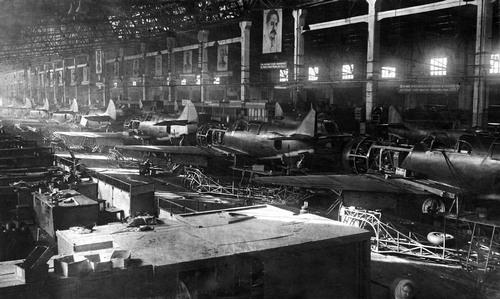 Серийная сборка самолетов ЛА-5 на авиазаводе им. С. Орджоникидзе. 1942 г.