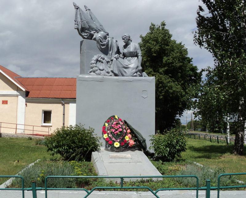 д. Добосна Кировского р-на. Памятник, установленный на братской могиле, в которой похоронено 18 советских воинов, в т.ч. 8 неизвестных, погибших в годы войны.