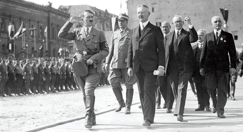 Ялмар Шахт и Адольф Гитлер. 1938 г.