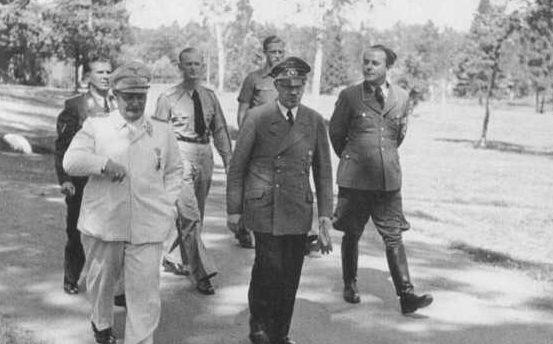 Альберт Шпеер, Герман Геринг и Адольф Гитлер на прогулке. 1943 г.