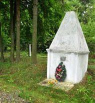п. Хотимск. Памятник, установленный в 1947 году на месте расстрела евреев 4 сентября 1942 года.