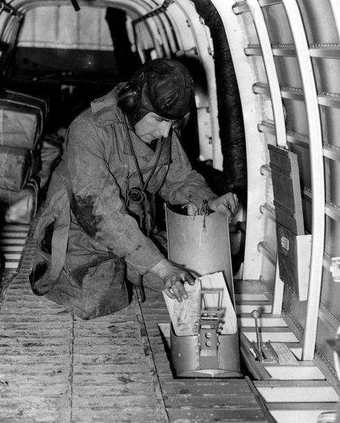 Выброс листовок через люки бомбардировщиков.