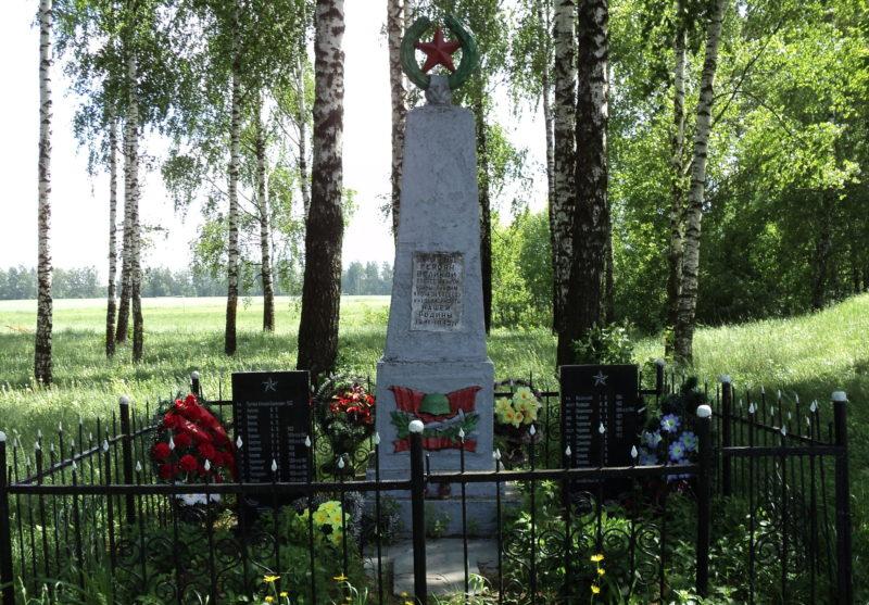 д. Добрица Кировского р-на. Памятник, установленный на братской могиле, в которой похоронено 25 советских воинов, в т.ч. 3 неизвестных, погибших в годы войны.