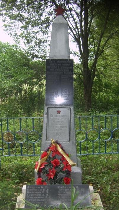 д. Ракшино Мстиславского р-на. Памятник установлен в 1964 году на братской могиле, в которой похоронено 63 советских воина, погибших в годы войны.