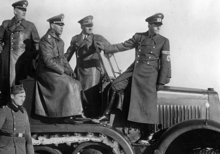 Альберт Шпеер и Адольф Гитлер во время демонстрации нового оружия. 1943 г.