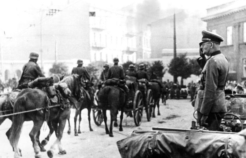 Максимилиан Вейхс приветствует немецкие войска. Лодзь. 1939 г.