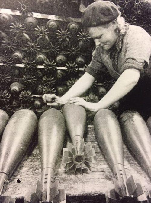 Сборка мин на автозаводе. 1942 г.