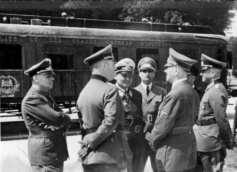 Вальтер фон Браухич с руководством Третьего рейха на подписании перемирия с Францией. 1940 г.
