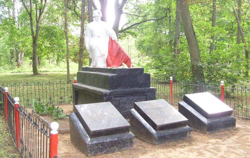 д. Жиличи Кировского р-на. Братская могила, в которой похоронено 34 советских воина, в т.ч. 24 неизвестных, погибших в годы войны.