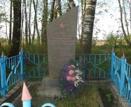 д. Селищи Мстиславского р-на. Памятник установлен в 1975 году на братской могиле, в которой похоронено 5 советских воинов.