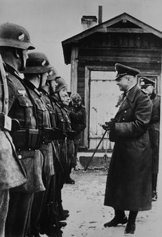 Вальтер фон Браухич у строя солдат. 1940 г.