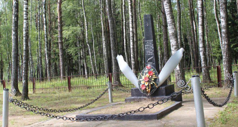 д. Лобча Чериковского р-на. Памятник на братской могиле, в которой похоронено 4 советских воина, погибших в 1941 году.