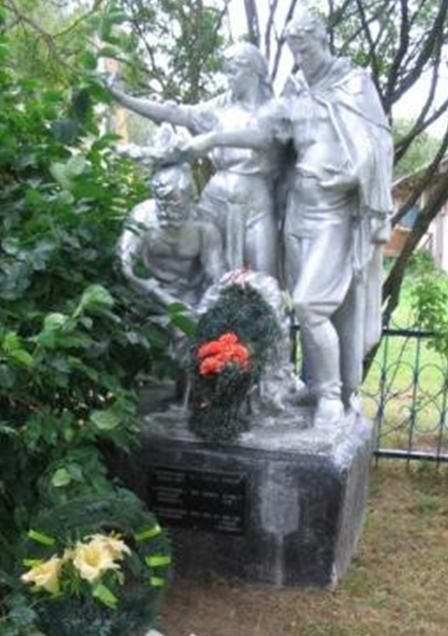 д. Новоселки Белыничского р-на. Памятник, установленный на братской могиле, в которой похоронено 3 партизана, погибших в 1944 г.