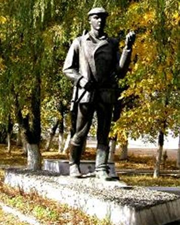 г. Кличев. Памятник, установленный в 1993 году Герою Советского Союза Ф.И. Ковалеву, командиру группы подрывников 255 партизанского отряда.
