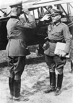Эрих Гёпнер получает пакет, доставленный курьерским самолетом. 1940 г.