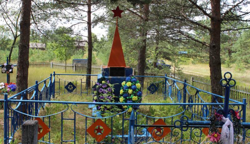 д. Монастырек Чериковского р-на. Памятник на братской могиле, в которой похоронено 6 неизвестных советских воинов.