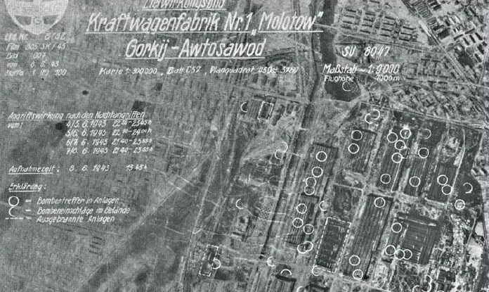 Аэрофотоснимок ГАЗа, сделанный 8 июня 1943 г. самолетом-разведчиком Ju-88 из 1-й эскадрильи Aufkl.Gr.100. Кругом отмечены прямые попадания тяжелых авиабомб в цеха, полукругом – места взрывов бомб на открытой местности, пунктирной линией – полностью уничтоженные и выгоревшие цеха 109.