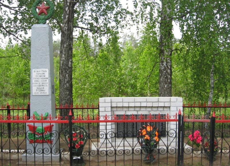 д. Залитобичи Кировского р-на. Памятник, установленный на братской могиле, в которой похоронено 132 советских воинов, в т.ч. 14 неизвестных, погибших в 1944 году.