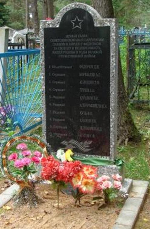 д. Осовец Белыничского р-на. Памятник, установленный на кладбище на братской могиле, в которой похоронено 17 воинов и партизан, в т.ч. один неизвестный.