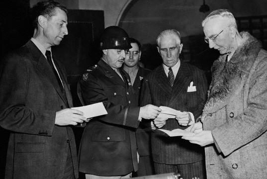 Ялмар Шахт в Нюрнберской тюрьме. 1946 г.