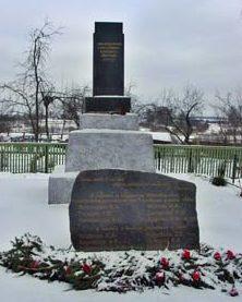 д. Благовичи Чаусского р-на. Памятник погибшим студентам в годы войны.