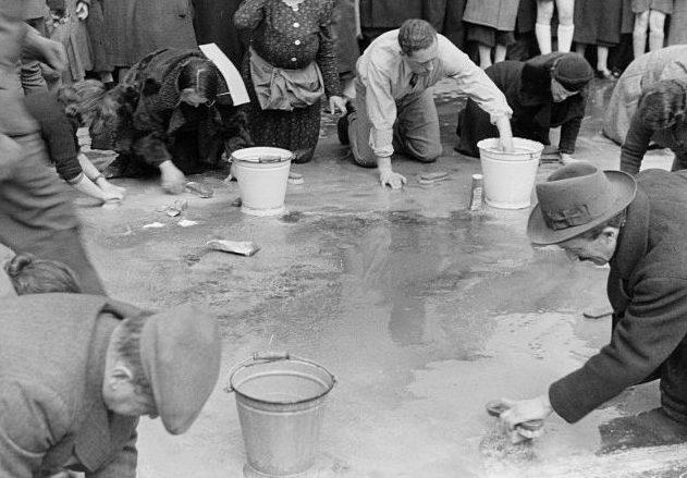 Венские евреи смывают «следы независимости» на брусчатке города. Март 1938 г.