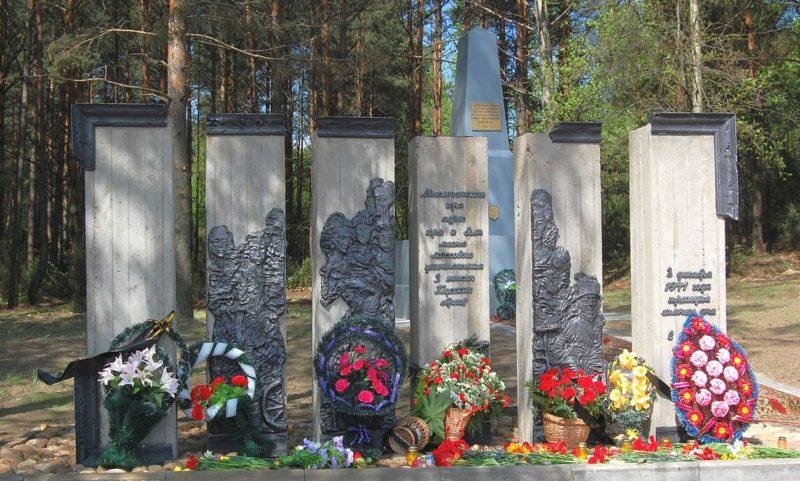 п. Глуск. Памятник на Мыслочанской горе 3 тысячам расстрелянным 2 декабря 1941 года евреям – узникам гетто и советским военнопленным.
