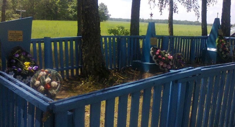 д. Новая Белица Чериковского р-на. Памятник на братской могиле, в которой похоронено 3 неизвестных советских воина.