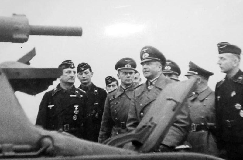 Вальтер Браухич у трофейного танка Somua S-35. 1941 г.