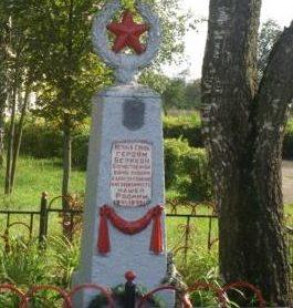 д. Капустино Кировского р-на. Памятник, установленный на братской могиле, в которой похоронено 13 советских воинов, в т.ч. 11 неизвестных, погибших в годы войны.