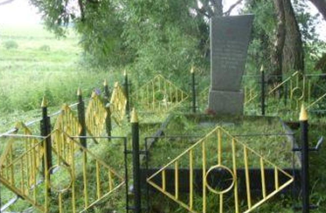 д. Шамово Мстиславского р-на. Памятник установлен в 1975 году на братской могиле, в которой похоронено 500 жертв нацистов, в т.ч. 284 неизвестных, погибших в годы войны.