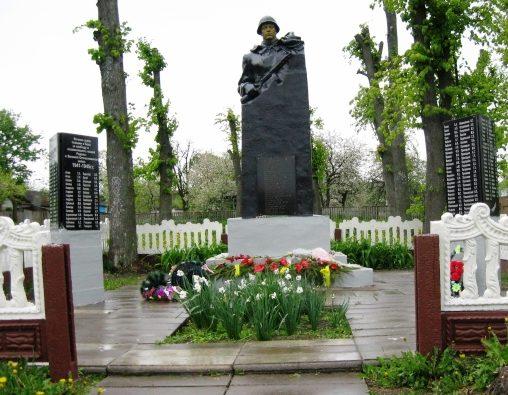д.Тетерин Круглянского р-на. Памятник был установлен в 1961 году на братской могиле, в которой похоронено 23 советских воина757-го стрелкового полка 222-й стрелковой дивизии 49 армии 2-го Белорусского фронта, погибших в 1944 году.