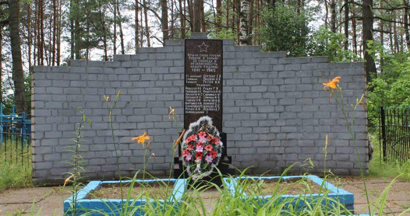 д. Припечено Чериковского р-на. Памятник на братской могиле, в которой похоронено 23 советских воинов, погибших в годы войны.