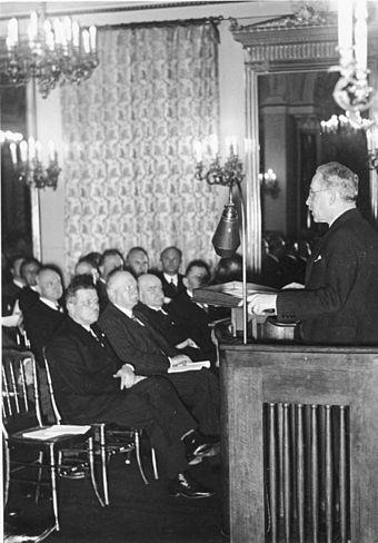 Генрих Дорпмюллер на трибуне. 1932 г.
