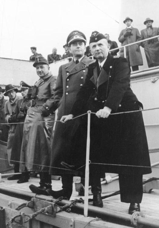 Альберт Шпеер, Ксавье Дорш и Карл Дёниц наблюдают за учениями. 1944 г.