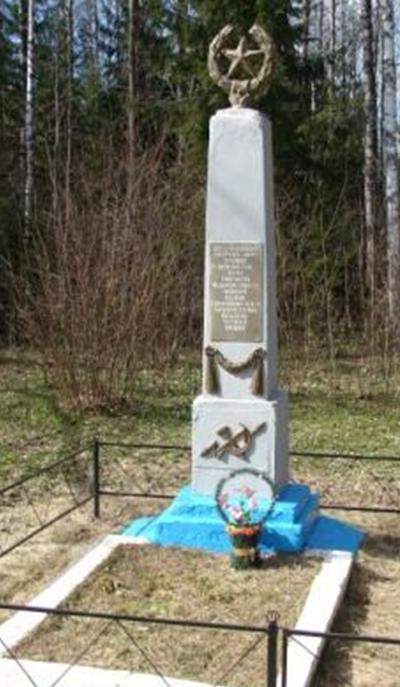 д. Секерка Белыничского р-на. Памятник, установленный на братской могиле, в которой похоронено 6 работников связи, погибших 27 июня 1941 года.