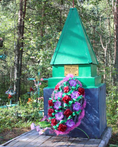 д. Пыльня Чериковского р-на. Памятник на сельском кладбище, установлен на братской могиле советских воинов.