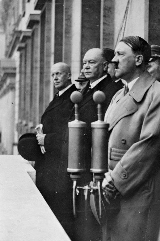 Генрих Дорпмюллер, Адольф Гитлер и Ганс Ламерс. 1937 г.