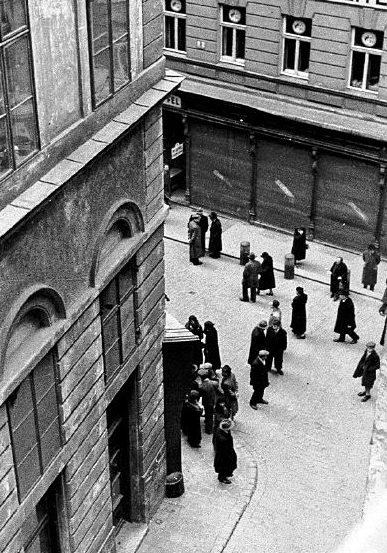 Проверка документов у евреев. 1938 г.