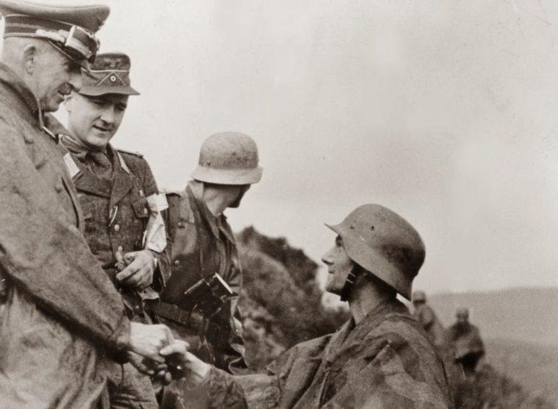 Ганс Юрген Арним с разведчиками. Тунис. 1943 г.